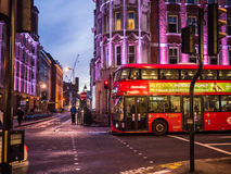 在晚上公车运送十字架伟大的罗素街,伦敦, 库存照片
