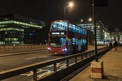 在晚上公车运送流通在伦敦,英国英国 免版税库存图片