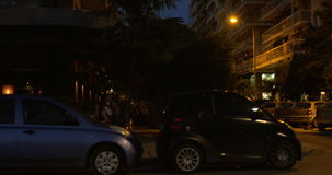 在晚上减慢在汽车沿街道和大厦,咖啡馆,城市旅游地方的乘驾 影视素材