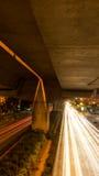 在晚上加速在街道上的光在曼谷,泰国 库存照片
