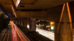 在晚上加速在街道上的光在曼谷,泰国 免版税库存图片