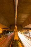 在晚上加速在街道上的光在曼谷,泰国 图库摄影