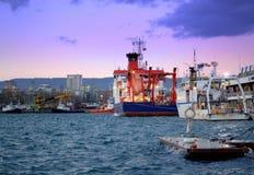 在晚上口岸的停住的船 免版税库存图片