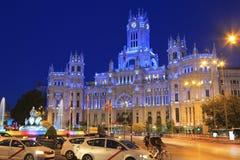 在晚上和喷泉被照亮的Cybele宫殿在马德里,西班牙 库存照片