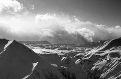 在晚上和阳光云彩的雪高原 库存照片