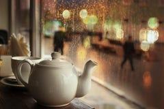 在晚上咖啡馆的茶 库存照片