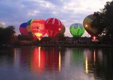 在晚上夏天湖的热空气气球 免版税库存图片