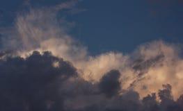 在晚上天空的一朵黑暗的云彩 免版税图库摄影