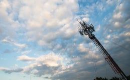 在晚上天空的手机塔 免版税库存图片