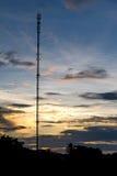 在晚上天空的电信塔 免版税库存图片