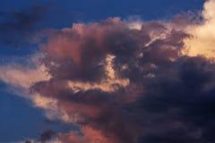 在晚上天空的雷云 免版税库存图片