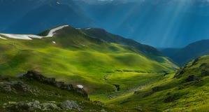 在晚上太阳射线的绿河谷  alania高加索联邦山北ossetia俄语 免版税库存图片
