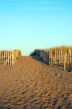 在晚上太阳的法国沙子海滩道路 免版税库存图片