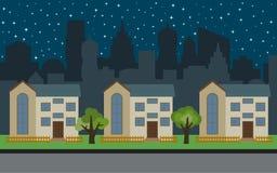 在晚上导航有三个两层动画片房子和绿色树的城市 库存图片