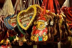 在晚上市场上暴露的圣诞节面包在柏林 图库摄影