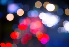 在晚上弄脏bokeh在都市的红绿灯 图库摄影