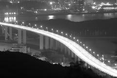 在晚上忽略haicang桥梁方法 免版税库存图片