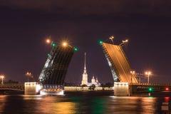 在晚上打开吊桥在圣彼德堡俄罗斯 库存图片