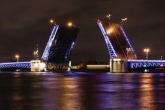 在晚上打开宫殿桥梁在圣彼得堡 免版税库存图片