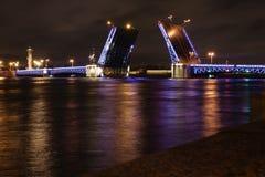 在晚上打开宫殿桥梁在圣彼得堡 库存图片