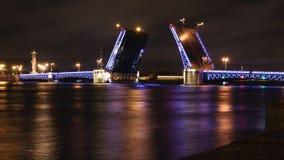 在晚上打开宫殿桥梁在圣彼得堡 库存照片