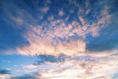 在晚上时间美好的颜色的剧烈的天空背景的 免版税库存照片