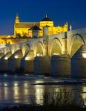 在晚上时间的罗马桥梁 科多巴西班牙 库存图片