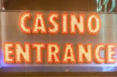 在晚上时间的赌博娱乐场入口 库存照片