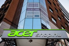 在晚上期间,在他们的主要商店的Acer商标匈牙利的 Acer是其中一个主要计算机制造商在世界上 免版税库存图片
