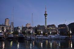 在晚上期间,奥克兰Viadact港口和skytower 库存照片