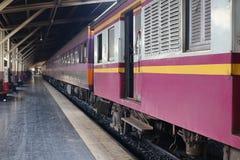 在晚上期间,火车是移动的停放的等待的乘客到华Lamphong驻地,曼谷,泰国 免版税库存照片