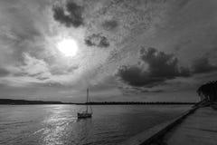在晚上河的船 图库摄影