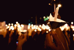 在晚上点燃美好的蜡烛 免版税库存图片