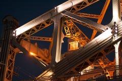 在晚上照亮的一座美丽的桥梁 免版税库存照片