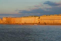 在晚上的落日的宫殿堤防 彼得斯堡圣徒 免版税库存图片