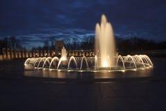 在晚上第二次世界大战纪念品的喷泉 免版税库存照片