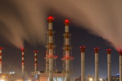 在晚上管子工业企业在赞成莫斯科 库存照片