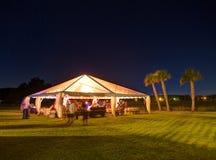 在晚上被打开的党帐篷 免版税库存图片
