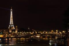 在晚上被打开的埃佛尔铁塔 免版税库存照片