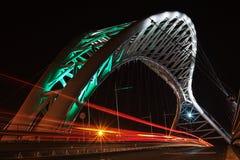 在晚上被打开的天桥 免版税库存图片