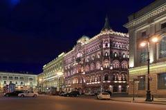 在晚上被点燃的议院水池在圣彼德堡 免版税库存图片