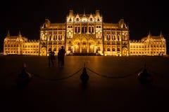 在晚上被照亮的匈牙利议会大厦在布达佩斯 免版税库存图片