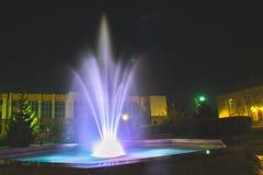 在晚上被照亮的喷泉在一个小镇 免版税库存照片