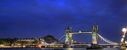 在晚上被照亮的塔桥梁需要从南银行在伦敦, 2017年 库存照片