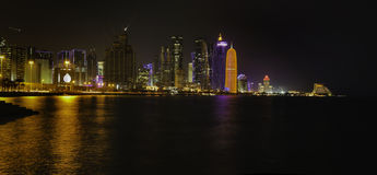 在晚上被照亮的多哈市 免版税图库摄影