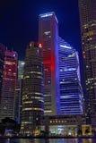在晚上被照亮的摩天大楼 库存图片