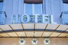 在晚上被照亮的旅馆门面 库存图片