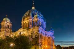 在晚上被照亮的柏林大教堂 免版税库存照片