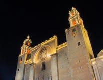 在晚上被照亮的梅里达大教堂 图库摄影
