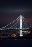 在晚上被照亮的海湾桥梁,旧金山,加利福尼亚 库存图片